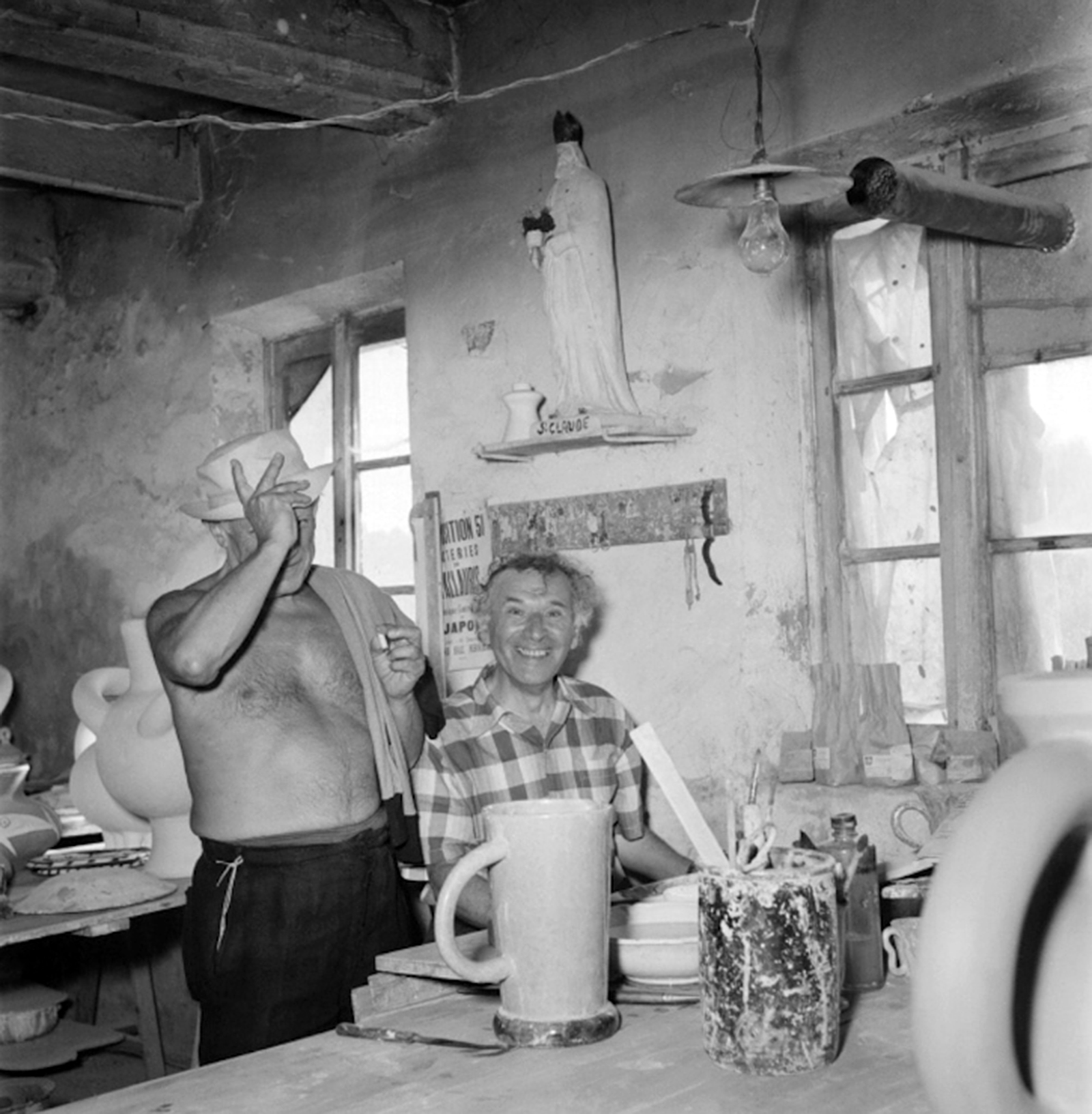 Pablo Picasso and Marc Chagall at the Madoura ceramics workshop in Vallauris 1948 - Photo Getty Images